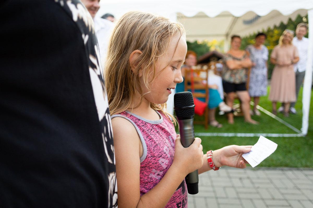 Malá holčička recituje básničku,svatba, hra