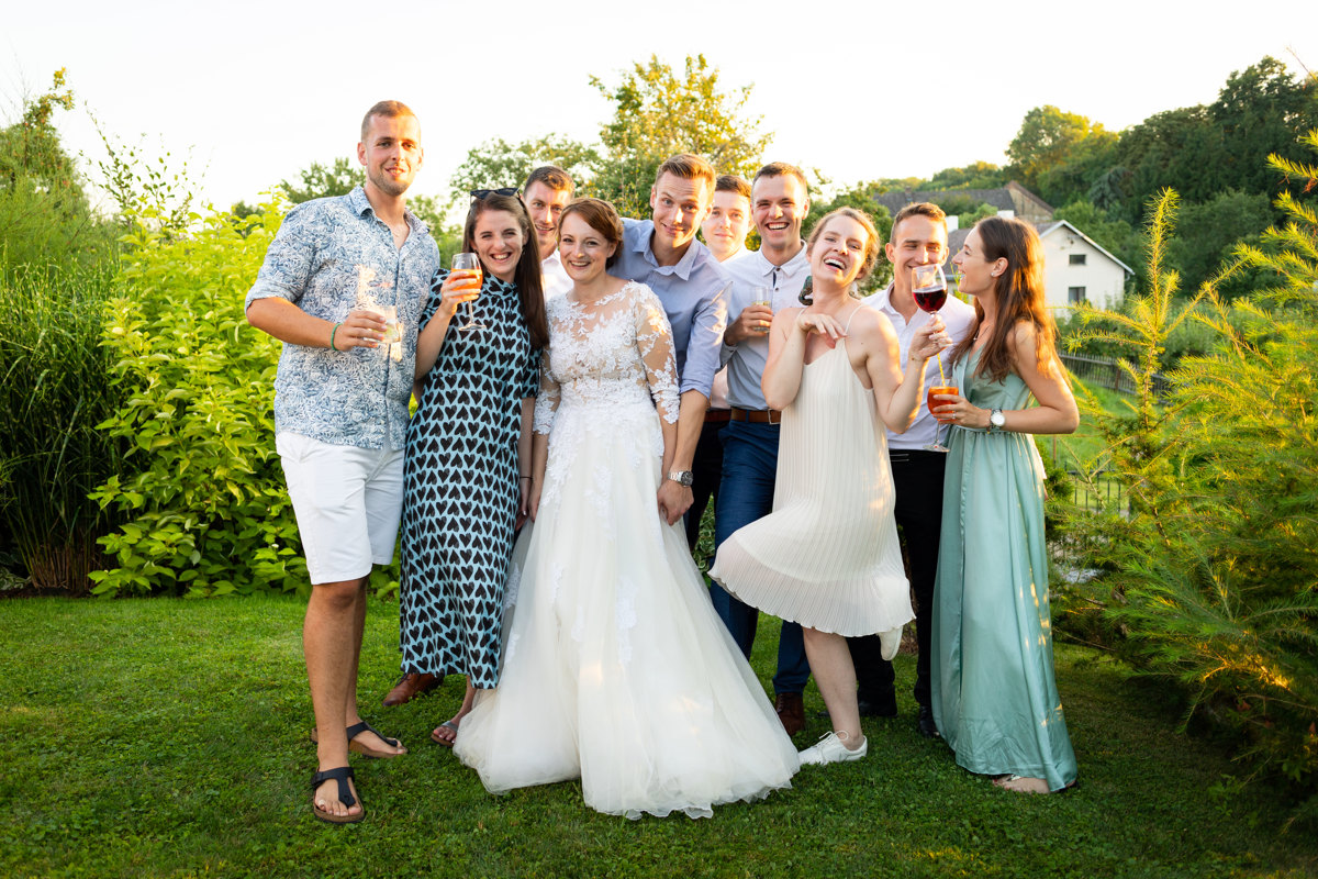 Skupinová fotka se ženichem a nevěstou, svatba