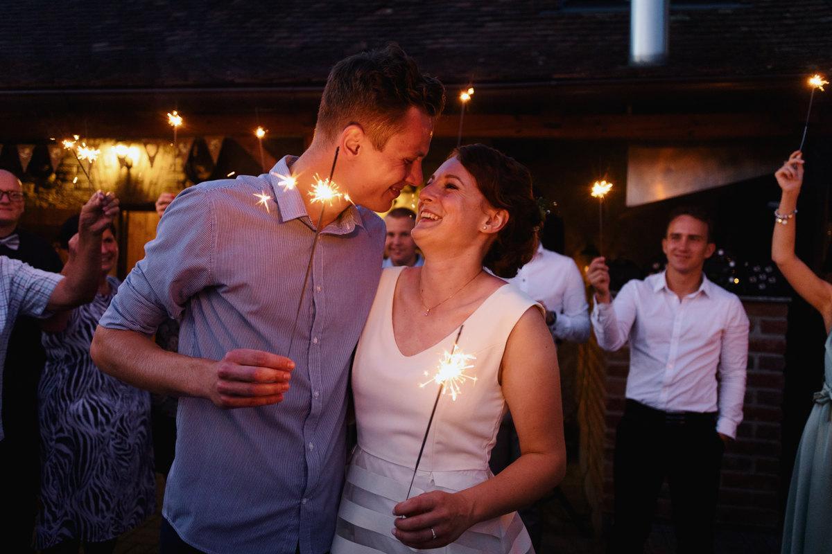 Detail na nevěstu a ženicha, jak tancují s prskavkami